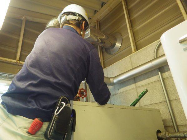 まずは、既存の蒸気ボイラーの配管を外していきます。