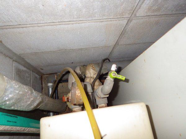 同様に既存の軟水器の配管も取外します。