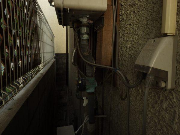 まずは給湯器の配管から取り外していきます。