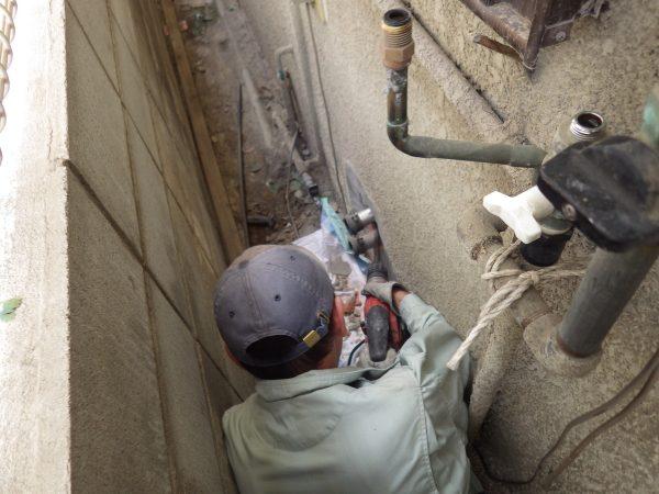 内側と外側から、ふろがまの水管を撤去します。