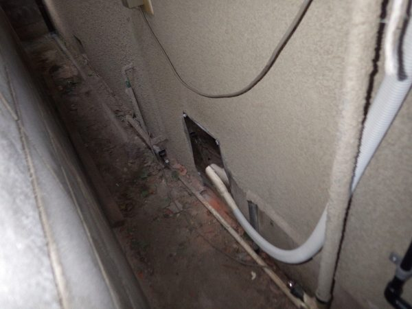 撤去で斫った穴はステンレスの板で塞ぎます。周りは防水のため、コーキングで処理。