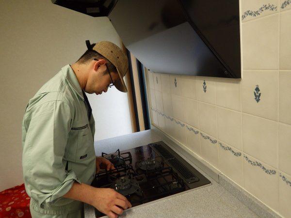 天板、ゴトクを取り付け、  最後にオプションで購入していただいた  全面補助ゴトクを取り付けます。  実は、コレ鍋をずらして仮置きしたりできる便利なアイテムなのです。