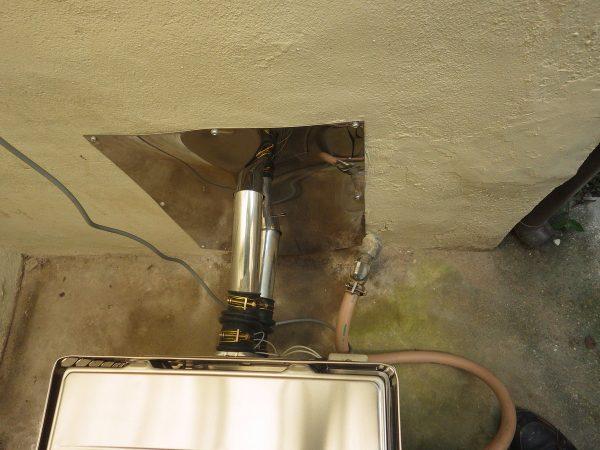 配管をつなぎ直して、  ハツった場所はステンレスの板で塞ぎます。  周りはコーキングで防水処理。