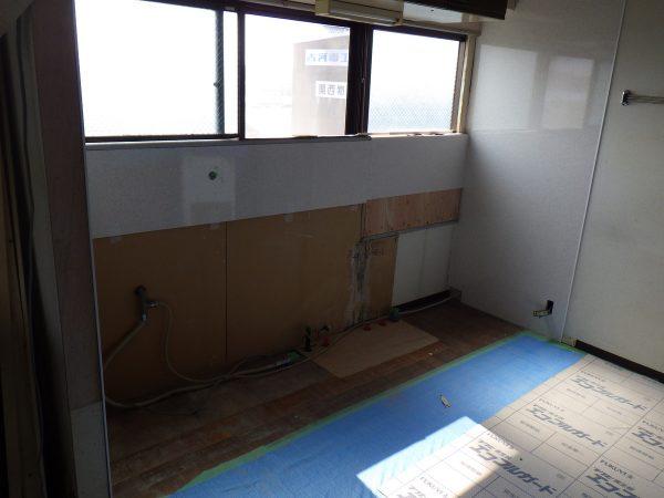 キッチン周りのタイル張りも、  キッチンパネルに取替えました。  窓も一部変更されています。