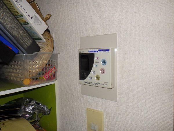 既存の台所リモコンとふろリモコンです。  こちらも新しい物に取り替えていきます。