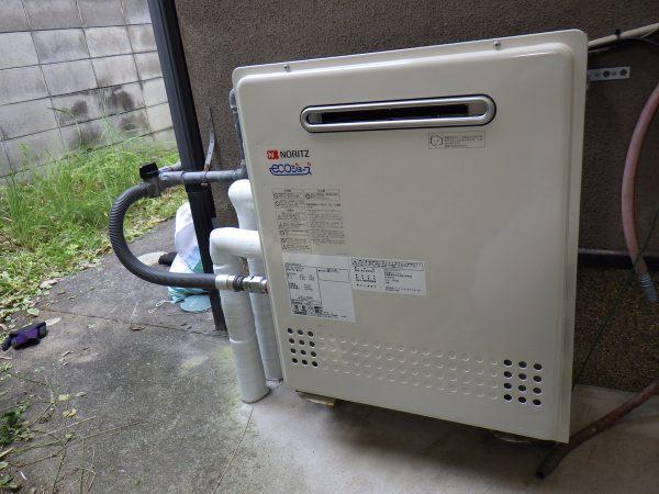 運び出すと、いよいよ  新規給湯器を設置していきます。