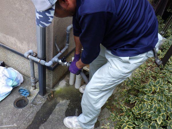 まずは、給排水配管・リモコン線・ガス配管を取り外していきます。